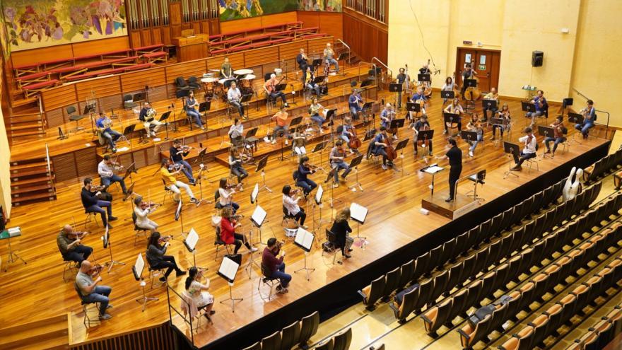 Euskadiko Orkestra se met en marche et se réunit sur scène pour offrir une mini-saison de 8 concerts